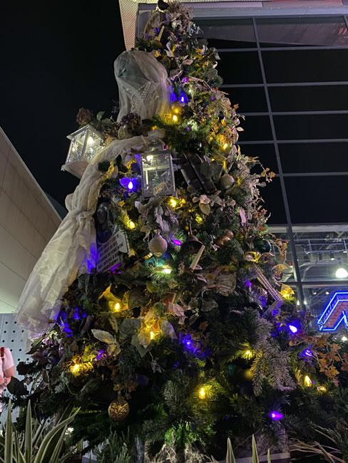Disney Springs Christmas Tree Trail Haunted Mansion Tree 2020 de la Fe