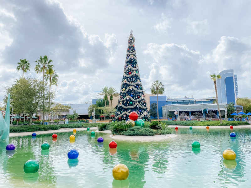 2020 Christmas at Hollywood-Studios-Christmas-Decorations-Featured-Chiu