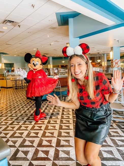 Minnies-Holiday-Dine-Minnie-And-Julie-de-la-Fe