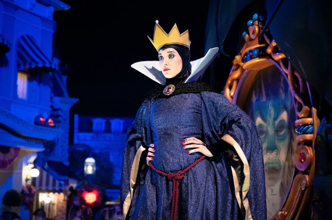 evil-queen-and-mirror_what-does-disney-world-look-like-at-halloween_reynolds