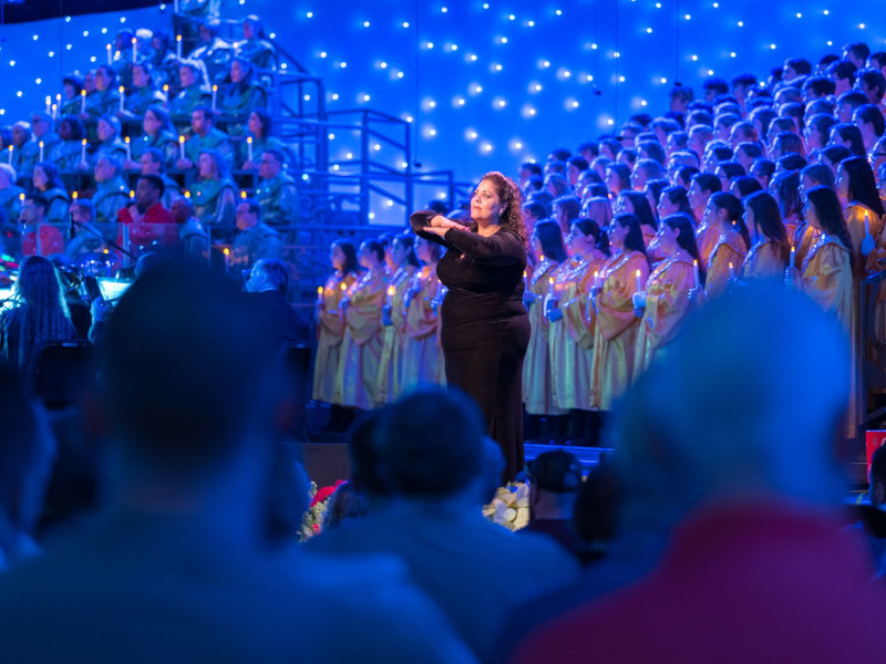 2021-candlelight-processional-returns-to-epcot-international-festival-of-the-holidays_featured_ramos