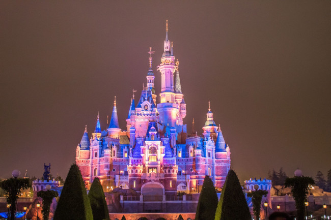 enchanted-storybook-castle_disney-castles-at-night_shanghai-disney_tdr-explorer