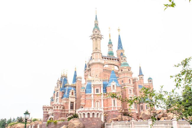 enchanted-storybook-castle_disney-castles_shanghai-disney_tdr-explorer