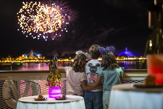 kids-watch-fireworks-seven-seas-lagoon-nighttime-spectacular_disney-parks-blog