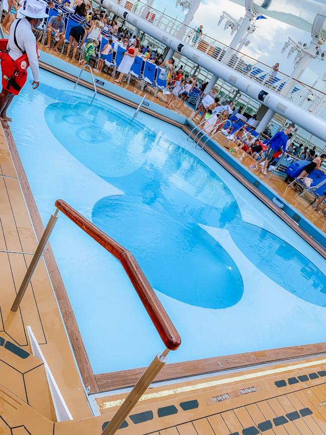 mickey-shaped-pool_disney-dream-cruise_de-la-fe