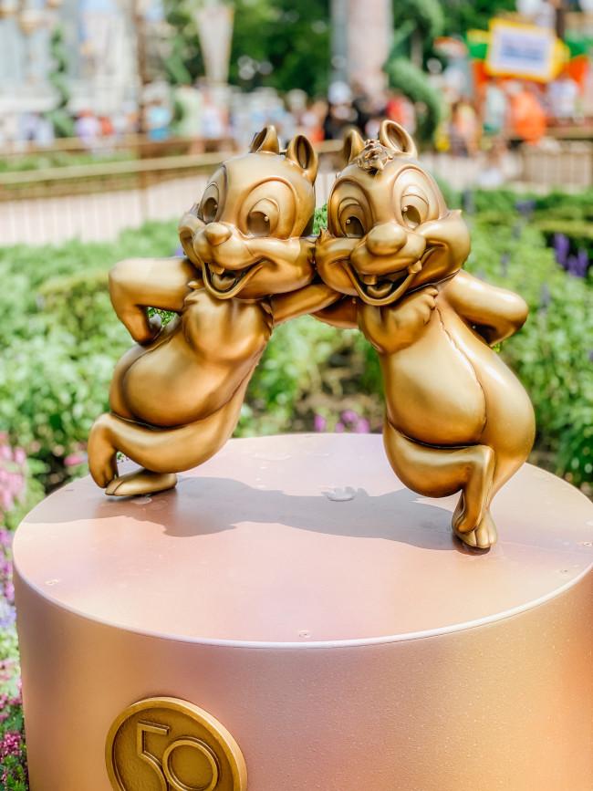 chip-and-dale_where-to-find-disney-fab-50-statues-in-magic-kingdom_de-la-fe