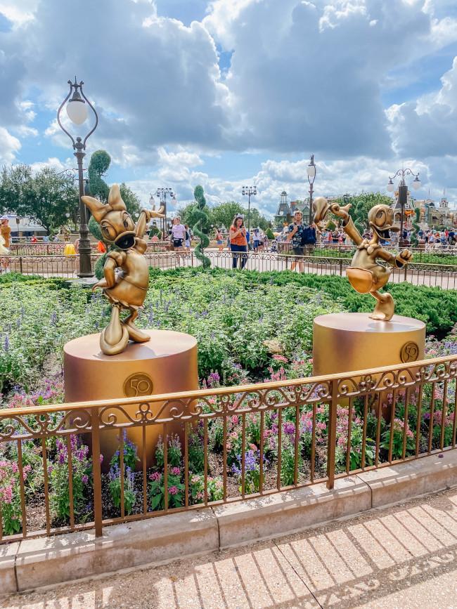 daisy-and-donald_where-to-find-disney-fab-50-statues-in-magic-kingdom_de-la-fe