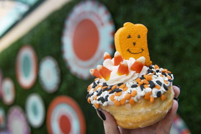 2021-disney-springs-halloween-snacks-and-sips-everglazed-the-great-pumpkin-donut_disney-parks-blog