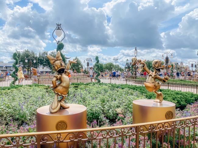 donald-and-daisy_where-to-find-disney-fab-50-statues-in-magic-kingdom_de-la-fe