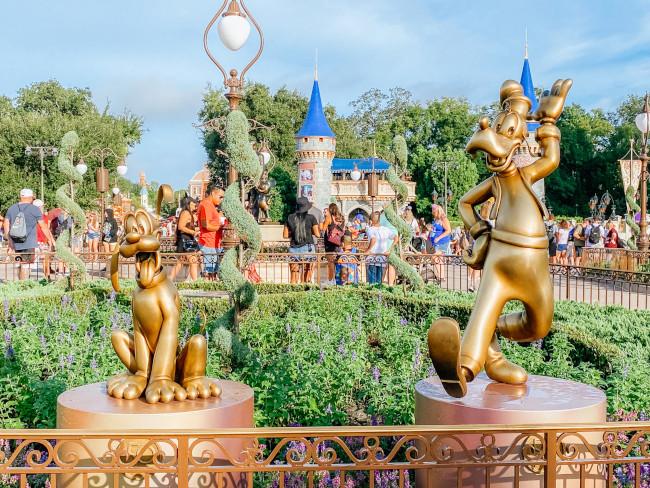 goofy-and-pluto_where-to-find-disney-fab-50-statues-in-magic-kingdom_de-la-fe