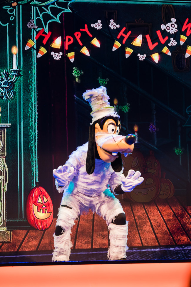 mickeys-trick-and-treat-show_2021-oogie-boogie-bash-disneyland-california-adventure_white