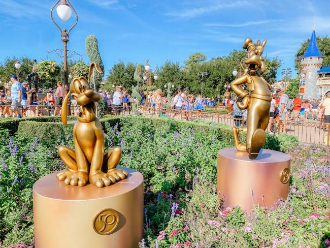 pluto-and-goofy_where-to-find-disney-fab-50-statues-in-magic-kingdom_de-la-fe