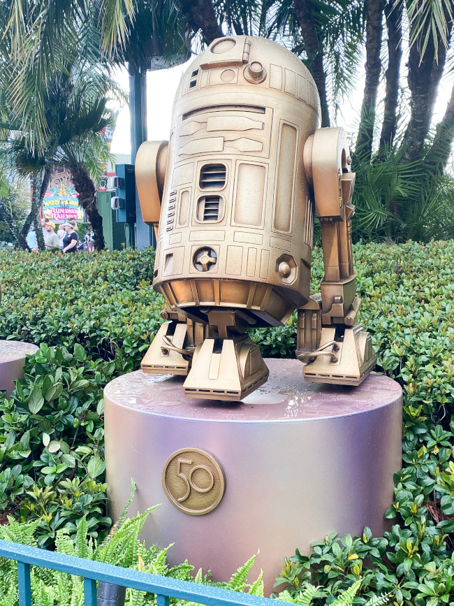 r2-d2_where-to-find-disney-fab-50-statues-in-hollywood-studios_robinson